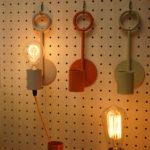 PIT. ウォールフック壁掛け照明タイプ。照明器具を「器」として捉え、多様な色のコーディネートを楽しむ。
